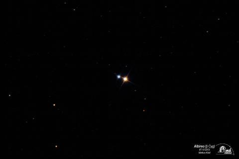 Bild 1:  Der farbige Doppelstern Albireo im Sternbild Schwan